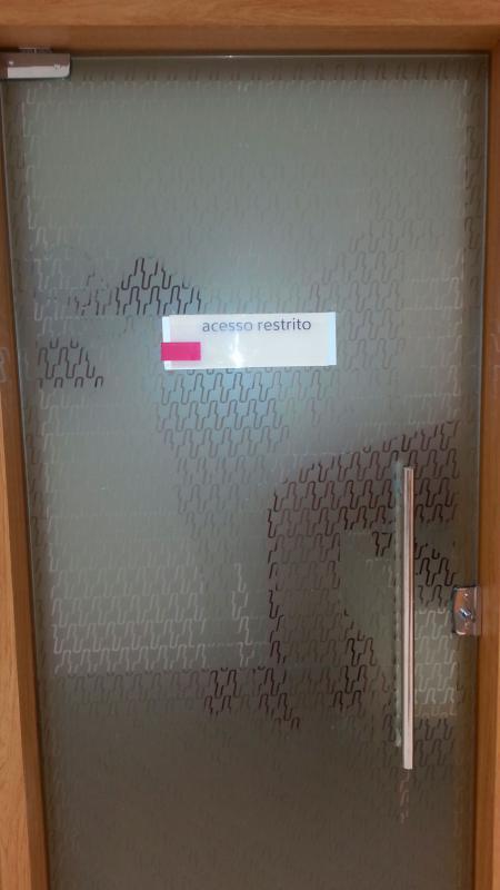 Adesivo jateado para vidro
